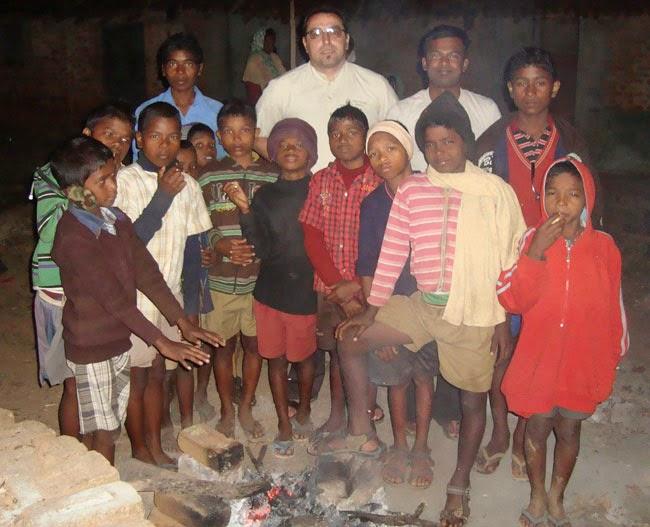 Infancia Misionera niños de la India con un misionero español