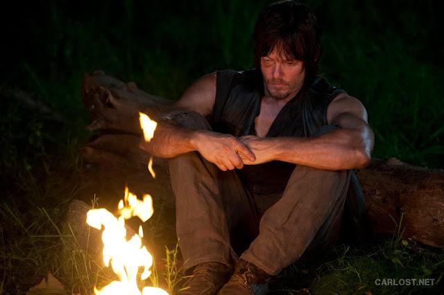 Daryl Dixon (Norman Reedus) junto a una fogata en The Walking Dead 4x10 Inmates