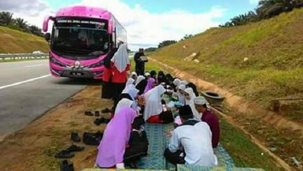 pelajar baca Yasin di tepi LPT2