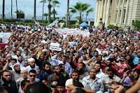 البلطجية يعتدون علي المتظاهرين أمام المنطقة الشمالية في الإسكندرية