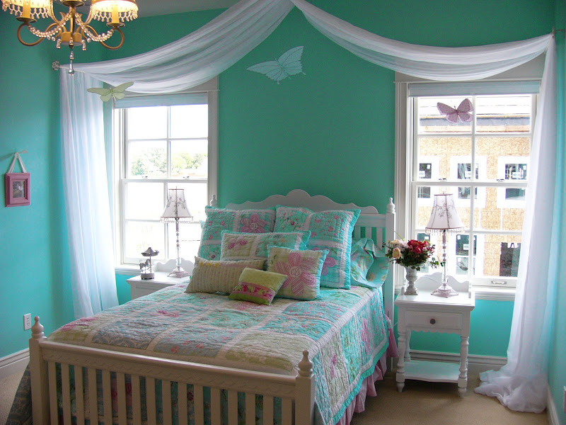 Interior color format using the turquoise-and-white or turquoise and  title=