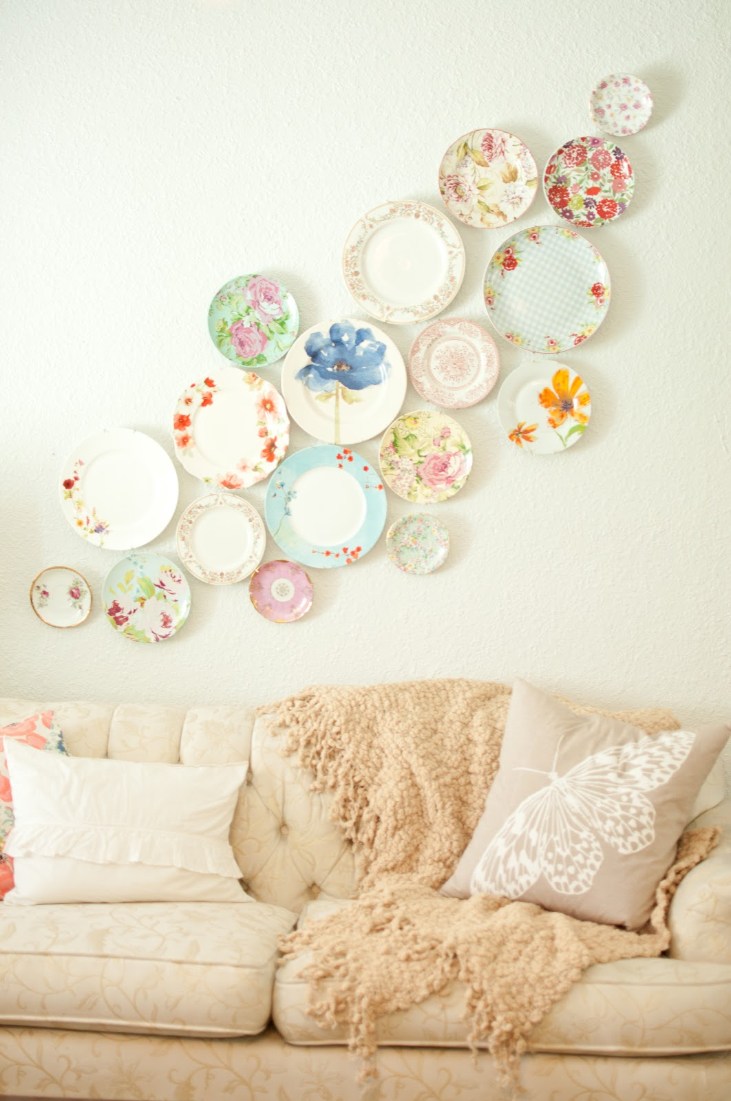 Decorating with Plates & Domestic Fashionista: Decorating with Plates