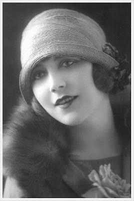 postal antigua con chica vintage en blanco y negro