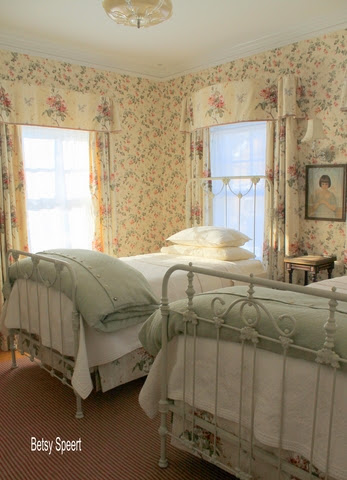 Betsy speert 39 s blog how to dress a cottage bed for English cottage bedroom