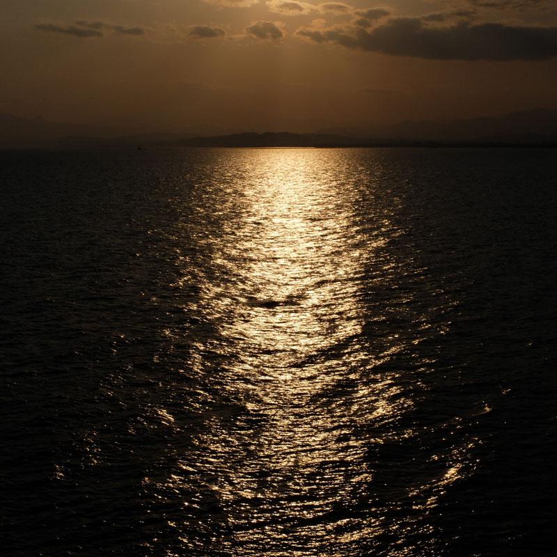 夕日の海の写真