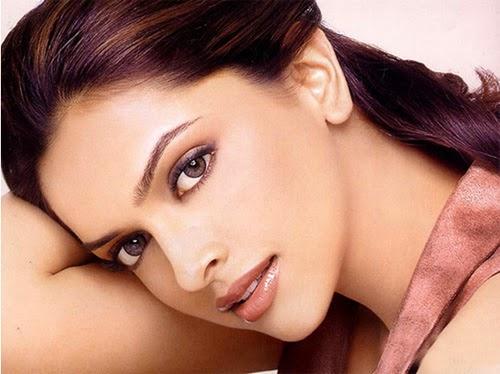 Đôi mắt của phụ nữ Ấn Độ được trang điểm khá cầu kì với bút kẻ viền mắt.