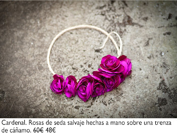 Corona de rosas de seda salvaje color cardenal hechas a mano sobre una trenza de cáñamo