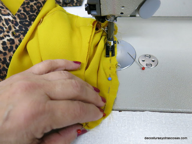 como coser una manga en una blusa de seda
