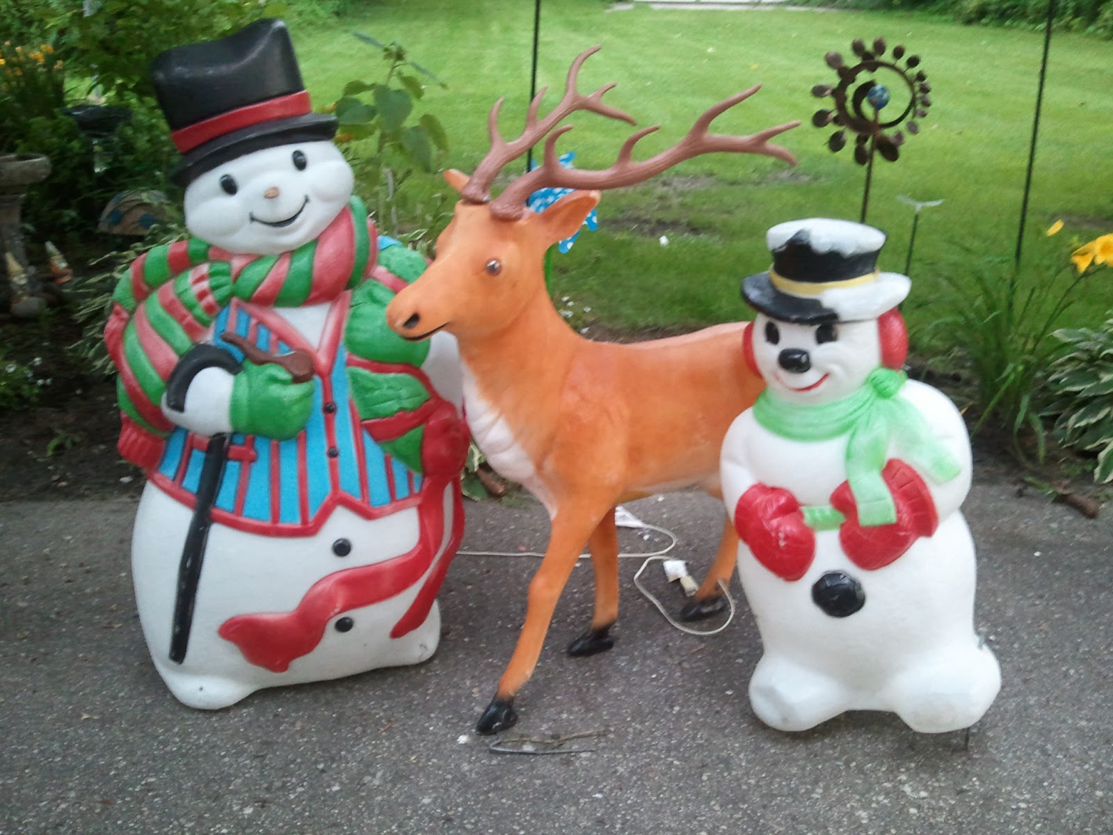 Tracy 39 s toys and some other stuff christmas in july for Christmas lawn decorations