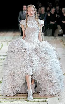 Alexander-McQueen_Model-Nimue-Smit