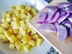 Salata orientala preparare reteta - adaugarea cepei peste cartofi