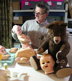 Un ours, une poupée à restaurer ? Eric se fera une joie de s'occuper du petit malade.