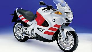 Wit met rode BMW motorfiets