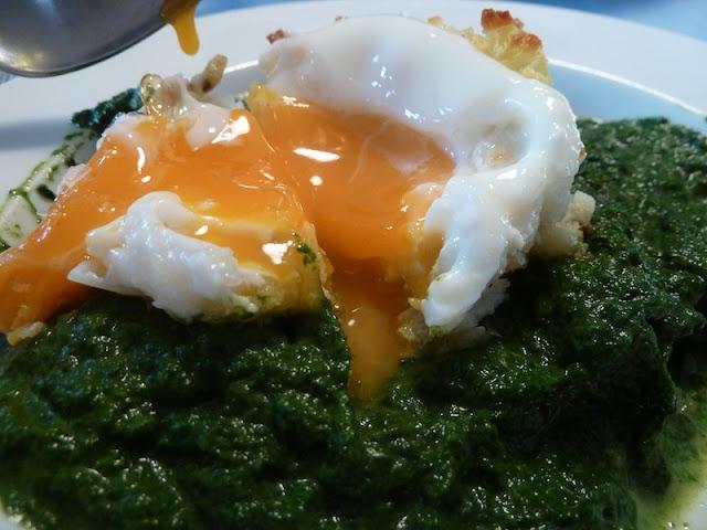 Bärlauch-Spinat mit Ei in Erdäpfelknusperkruste