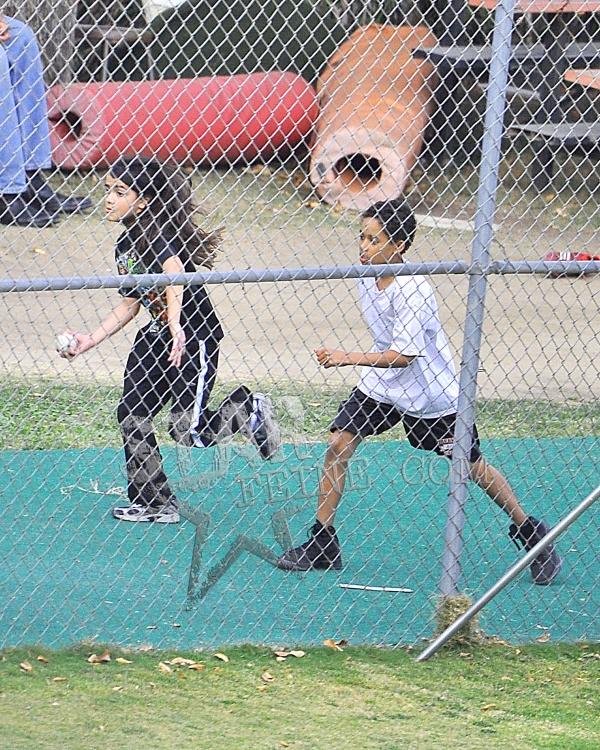 Paris joga softball; Prince e Blanket assistem Paris-JacksonAENY-SENY-011112049
