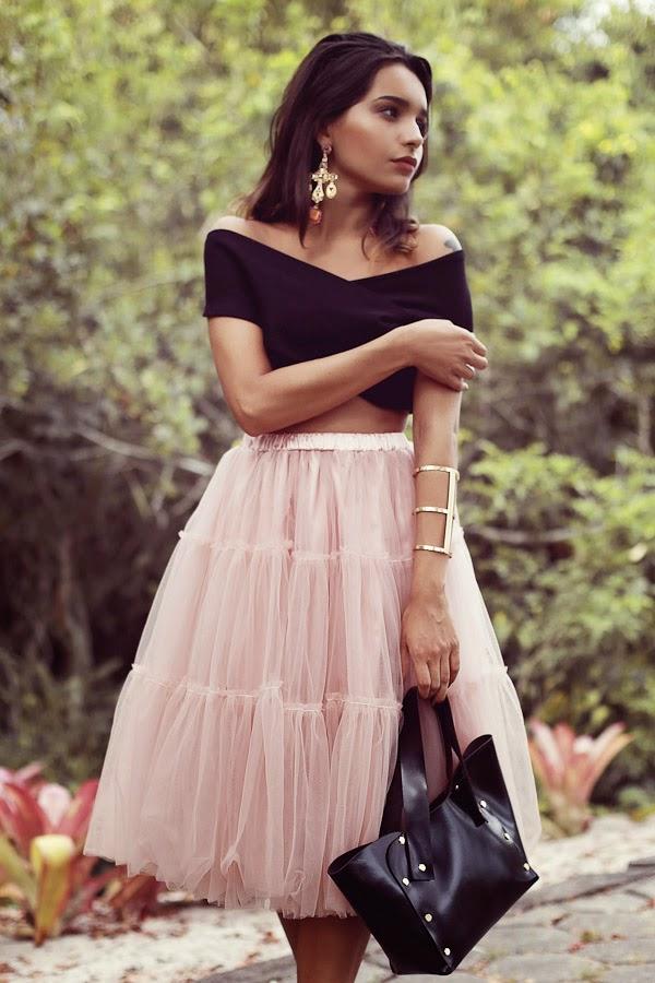 saias da moda, saia de tule rosa com cropped preto, top preto e saia midi, blusas femininas
