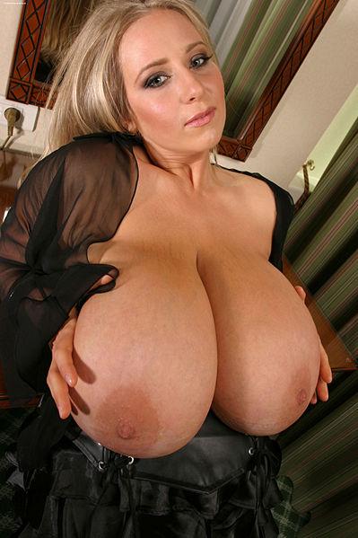 Самая большая натуральная грудь у порно актрисы Abbi Secraa (Эби Секра)
