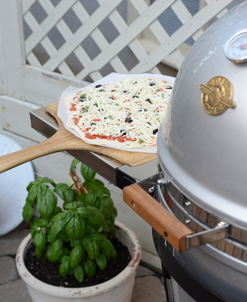 how to cook pizza on kamado grill, Big Green Egg pizza, Kamado Joe pizza, vision kamado pizza, primo grill pizza