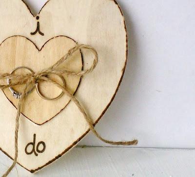 porta alianzas corazón madera