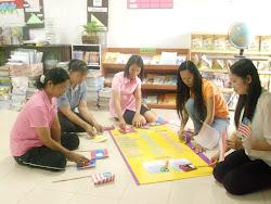 ครู กศน.ตำบลบ้านตาด  และ นักศึกษา กำลังช่วยกันจัดมุมอาเซีนนค่ะ