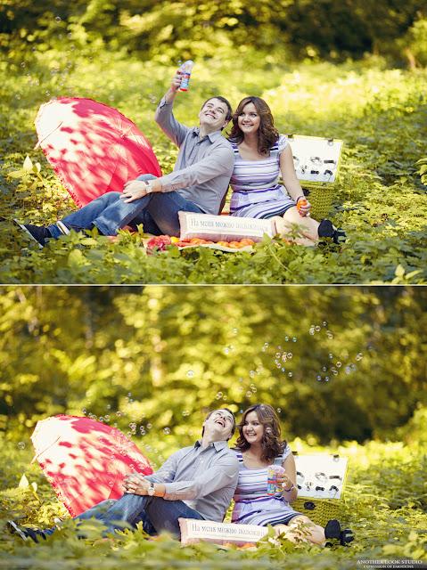 Влюбленные на пикнике с мыльными пузырями