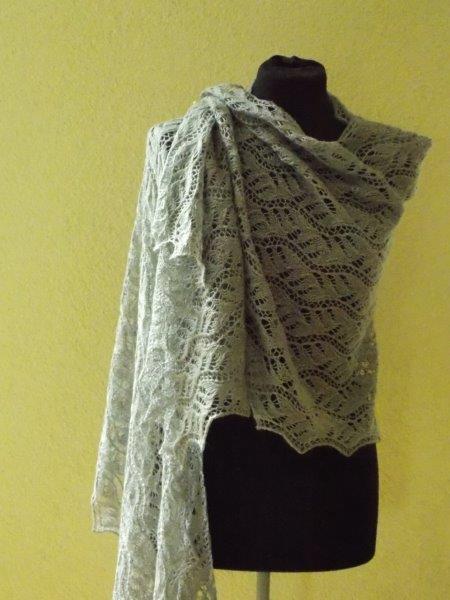 TE KOOP: lichtgrijze wollen shawl