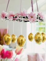 Великденска украса за дома с цветя и златни яйца