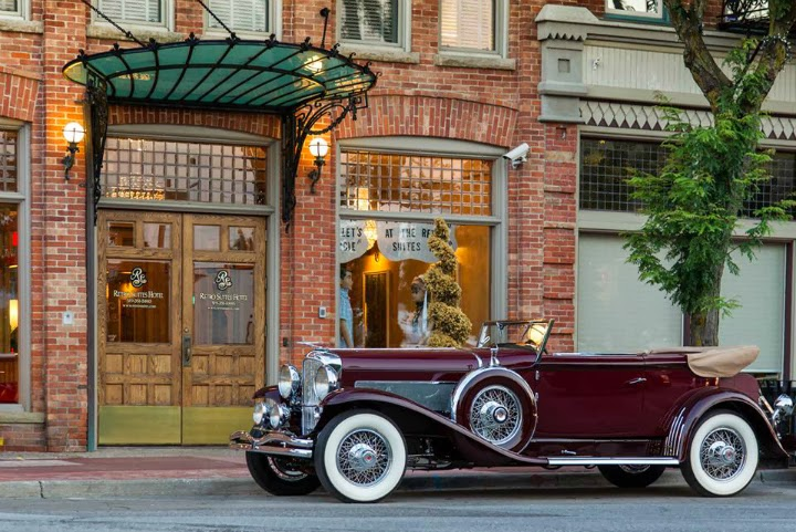 retro suites, Chatham Ontario, hotel, inn, accomodations, vintage, tourist, front entrance, old car, vintage automobile