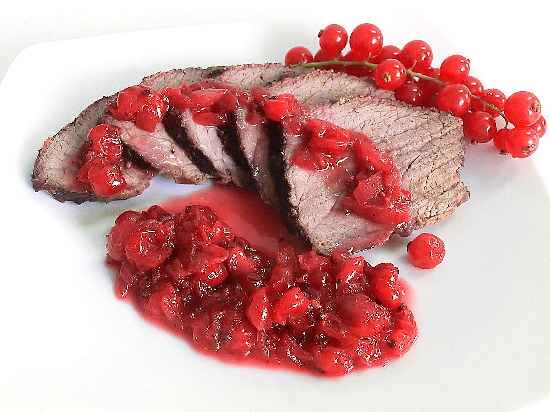 arrosto di vitello accompagnato da salsa di ribes rosso
