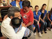 El vicepresidente Lenin Moreno junto a dos niños con ictiosis (lenãn niã±os ictiosis )
