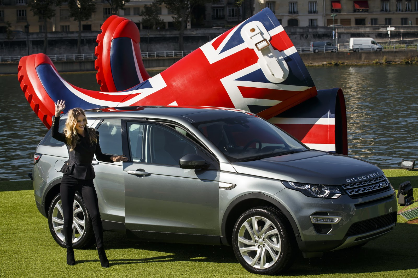 new land rover discovery sport gets colorful in paris. Black Bedroom Furniture Sets. Home Design Ideas