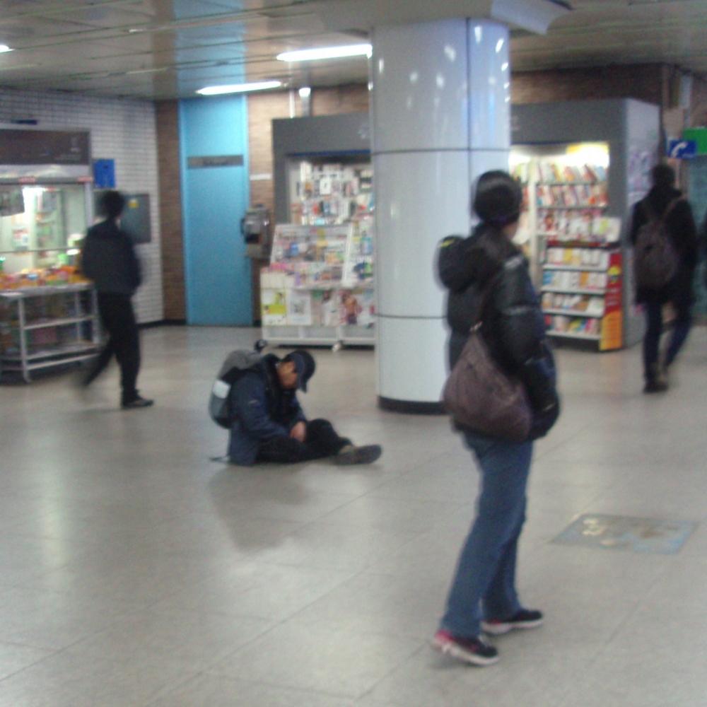 Coreano durmiendo en una estación de metro de Seúl