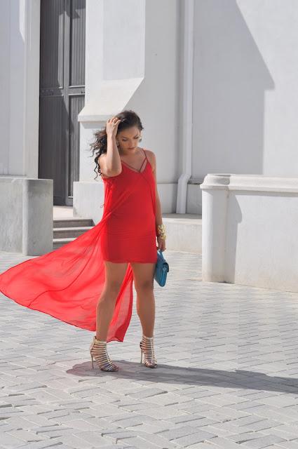 Vestido rojo y accesorios turquesa