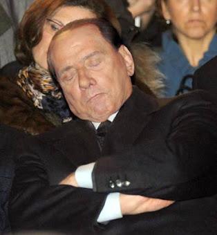 Ma il Cavaliere dorme durante la cerimonia