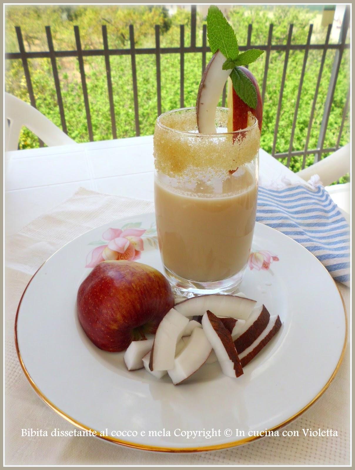 Bibita dissetante al cocco e mela Copyright © In cucina con Violetta