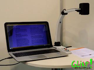 Ordenador portátil con dispositivo de ampliación conectado.