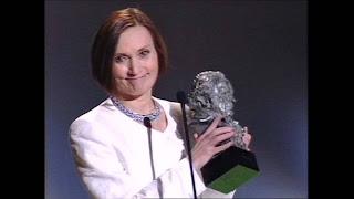 Pilar Miró recogiendo un Goya