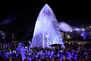 Una de las sorpresas de la noche fue el inmenso diamante hinchable situado en la piscina