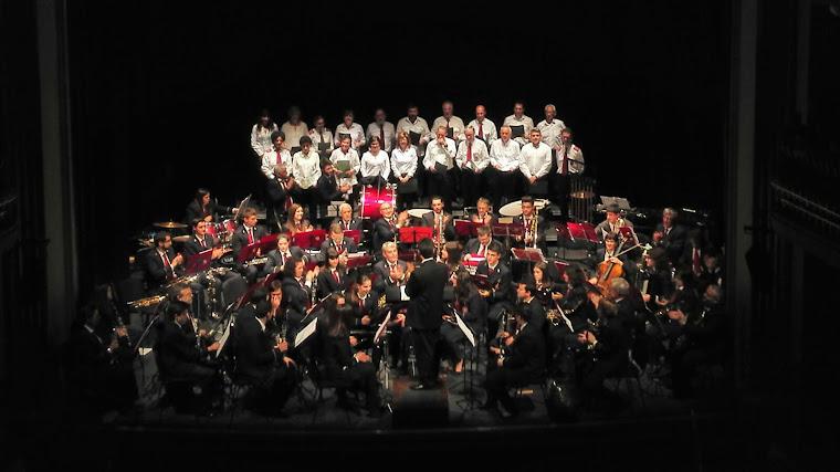 La banda y el coro en el Juan Bravo