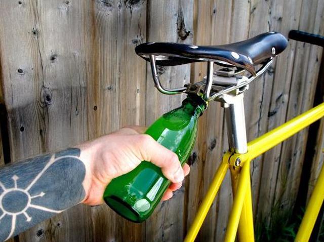Abridor de garrafas no selim da bike