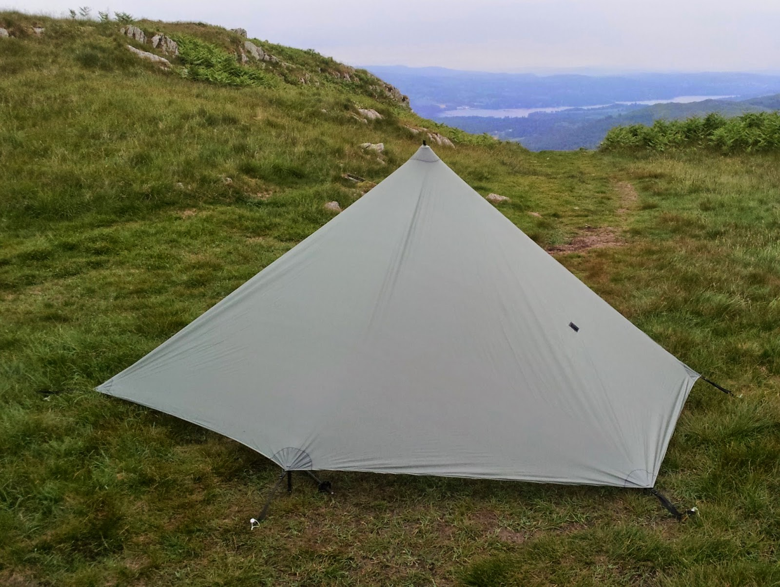 It was actually raining when this pic was taken which I was pleased about! No leaks! This picture shows the  pointed  back which is similar to Colins ... & Alu0027s Outdoor World: Six Moon Designs Deschutes Tarp: A First Look