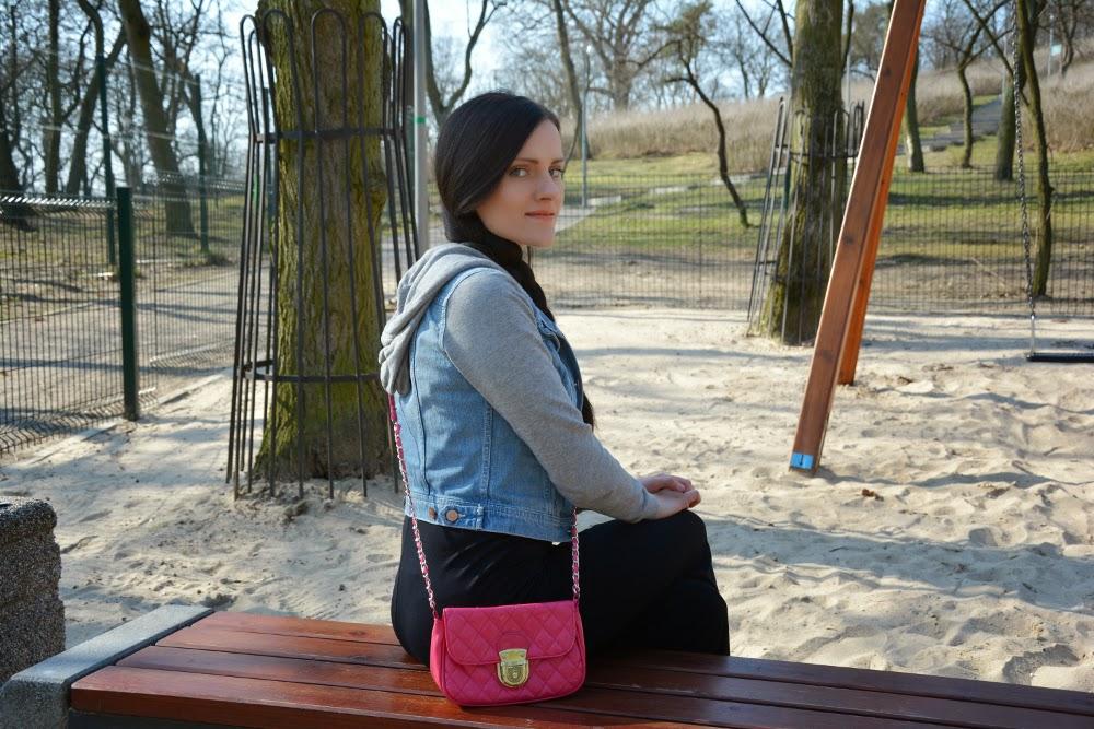 jeansowa kurtka i rozowa torebka