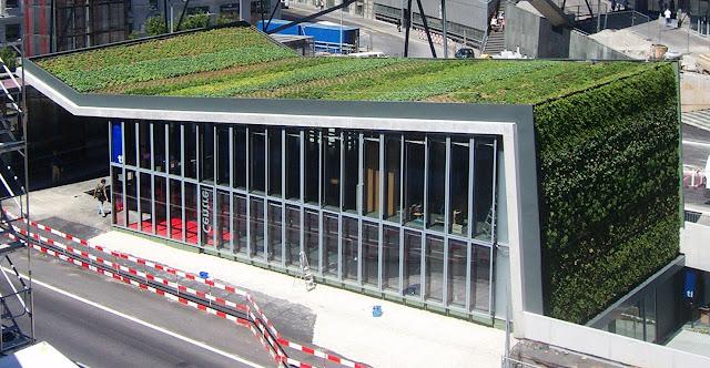 jardín y muro verde en estación de metro en Lausanne