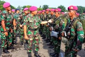 MENINJAU PASUKAN – Kepala Staf Pasmar-1 Kolonel MarinirPurwadi (Dispen Kormar)