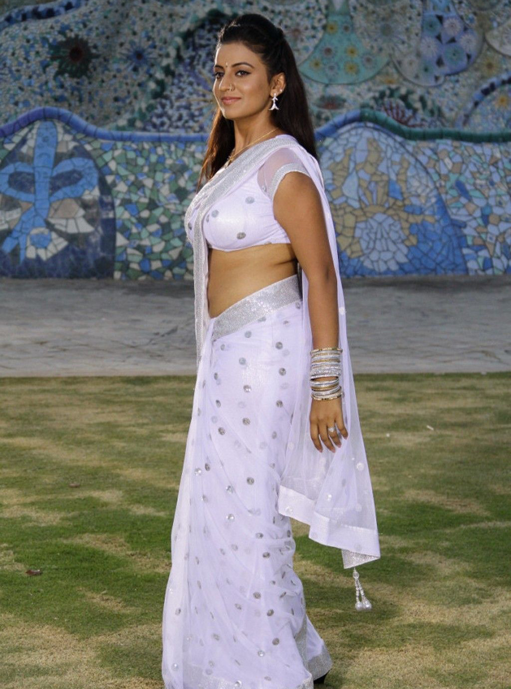 kerala aunty showing plus size boobs in sexy white saree pallu drop ...