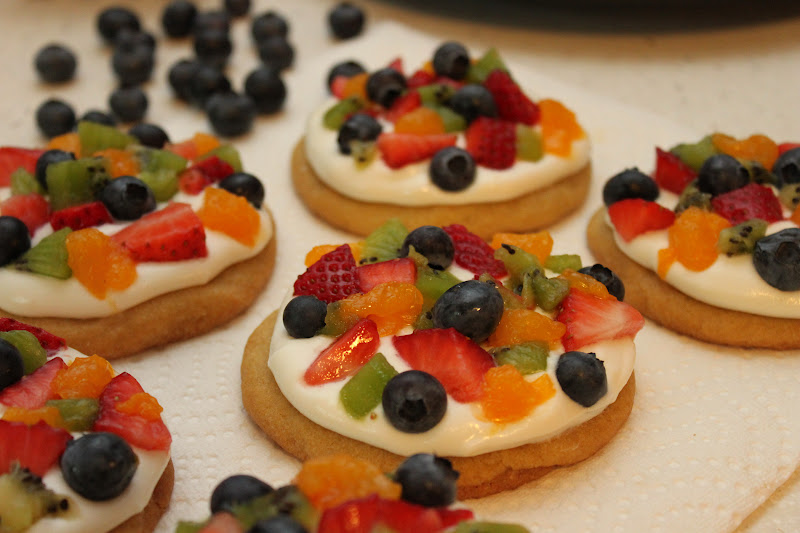 Bowl of Creativity: Personal Mini Fruit Pizzas