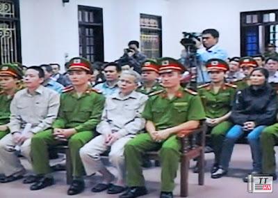 Bị cáo Đoàn Văn Vươn (bìa trái, hàng thứ nhất) trong phiên toà sáng ngày 3-4 - Ảnh chụp qua màn hình