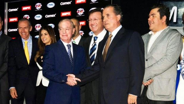 José Ramón Fernández y Raúl Orvañanos se saludan, se dan la mano en la presentación del Comex Masters 2014   Ximinia