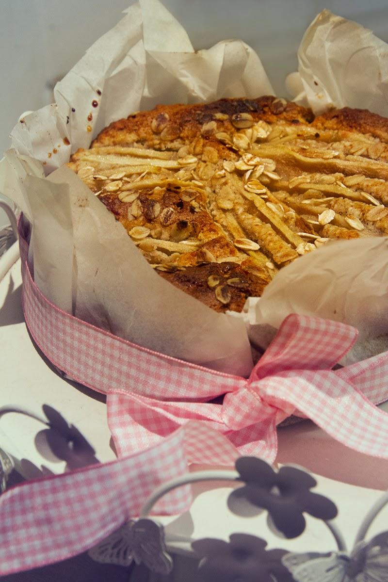torta rustica alle mandorle con fiocchi d'avena, cannella e pere