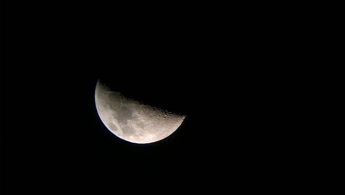 Trăng thượng huyền ngày 30 tháng 10 năm 2014, tức là ngày 7 tháng 9 nhuần âm lịch năm Giáp Ngọ. Tác giả : Nguyễn Tiểu Long. Cảm ơn bạn đã chia sẻ hình cho Ftvh - Vũ trụ trong tầm tay.